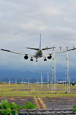 富山空港に侵入する旅客機