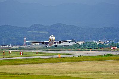 富山空港から離陸する旅客機