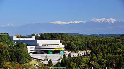 冠雪の立山連峰と正本堂