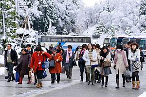 雪の中の参詣者